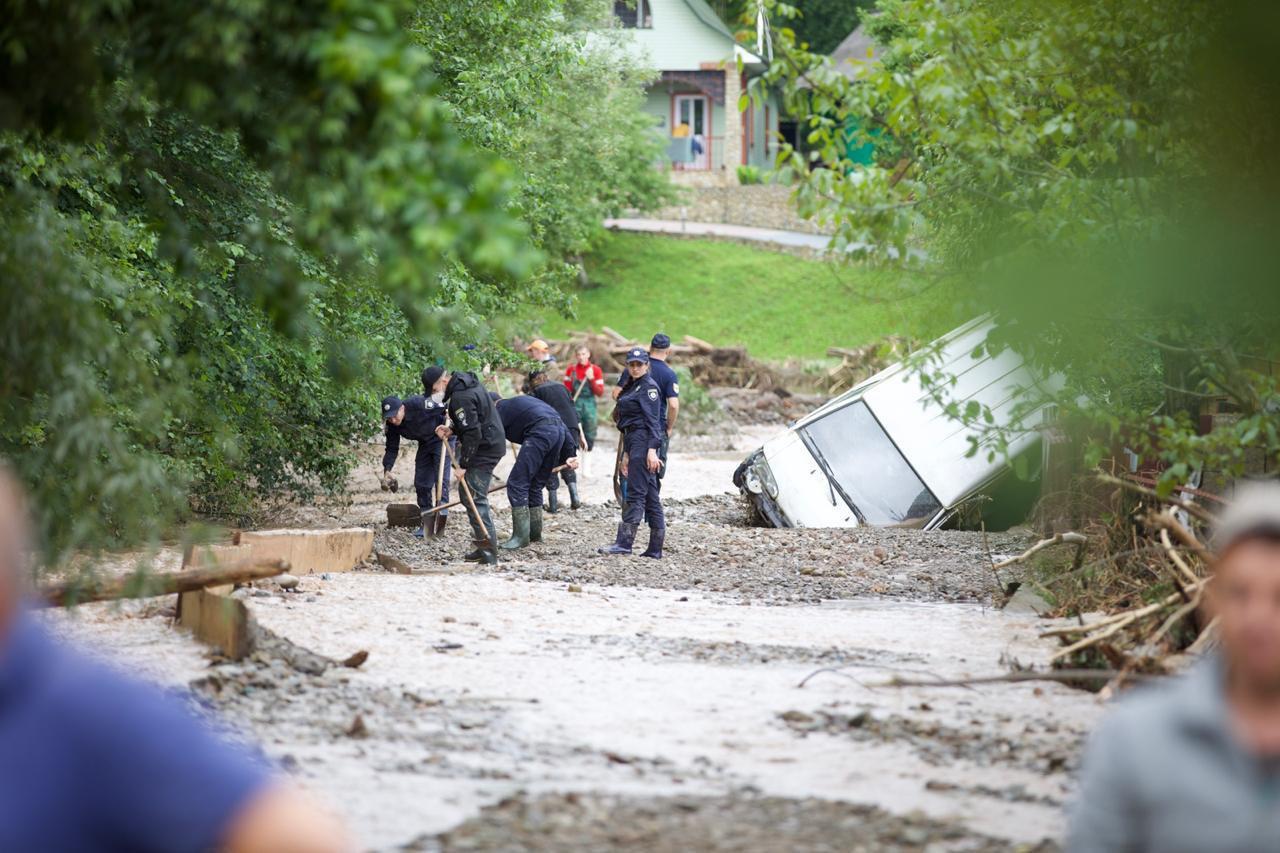 Потоп на Прикарпатье: подтоплены более 10 тыс. домов, разрушены 90 мосто...