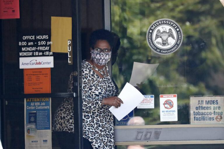 """В США считают, что """"коронавирусные"""" выплаты населению слишком велики"""