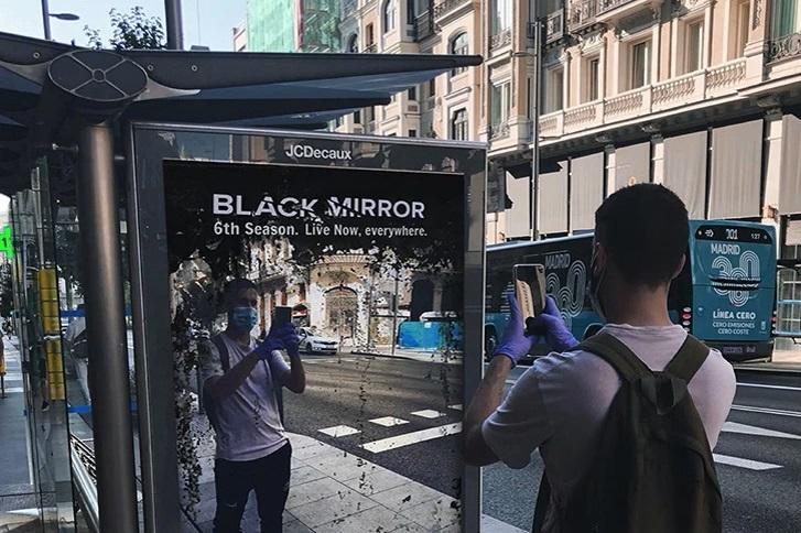 """В Мадриде появилась реклама сезона """"Черного зеркала"""", который происходит..."""