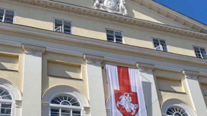 На здание мэрии Львова вывесили белорусский бело-красный флаг