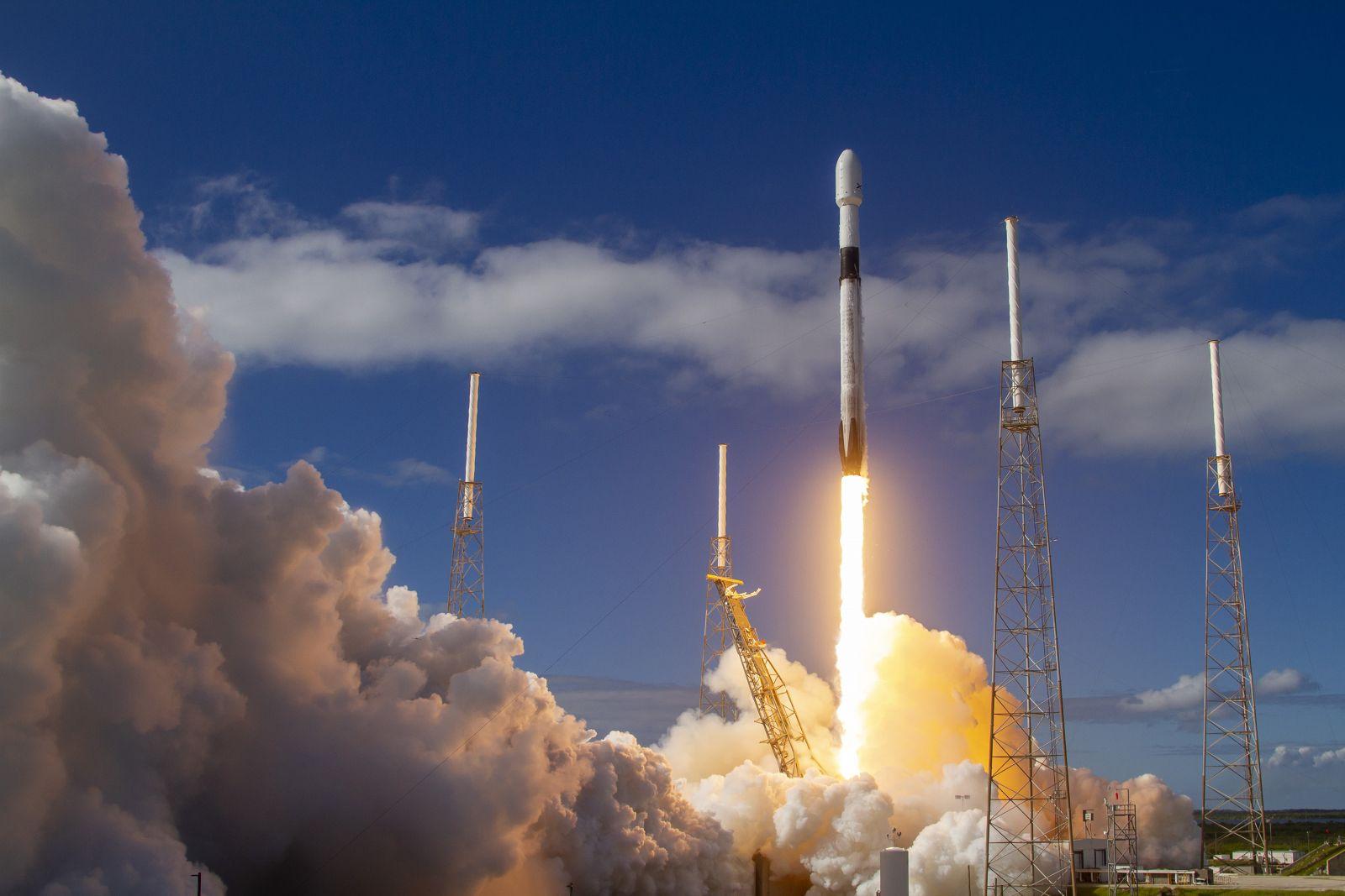 SpaceX вывела на орбиту новую партию интернет-спутников, попутно установ...