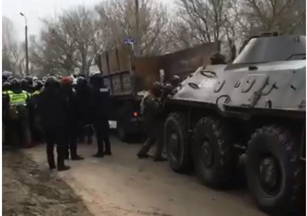 Эвакуация из Уханя: полиция использует тяжелую технику, чтобы разогнать...