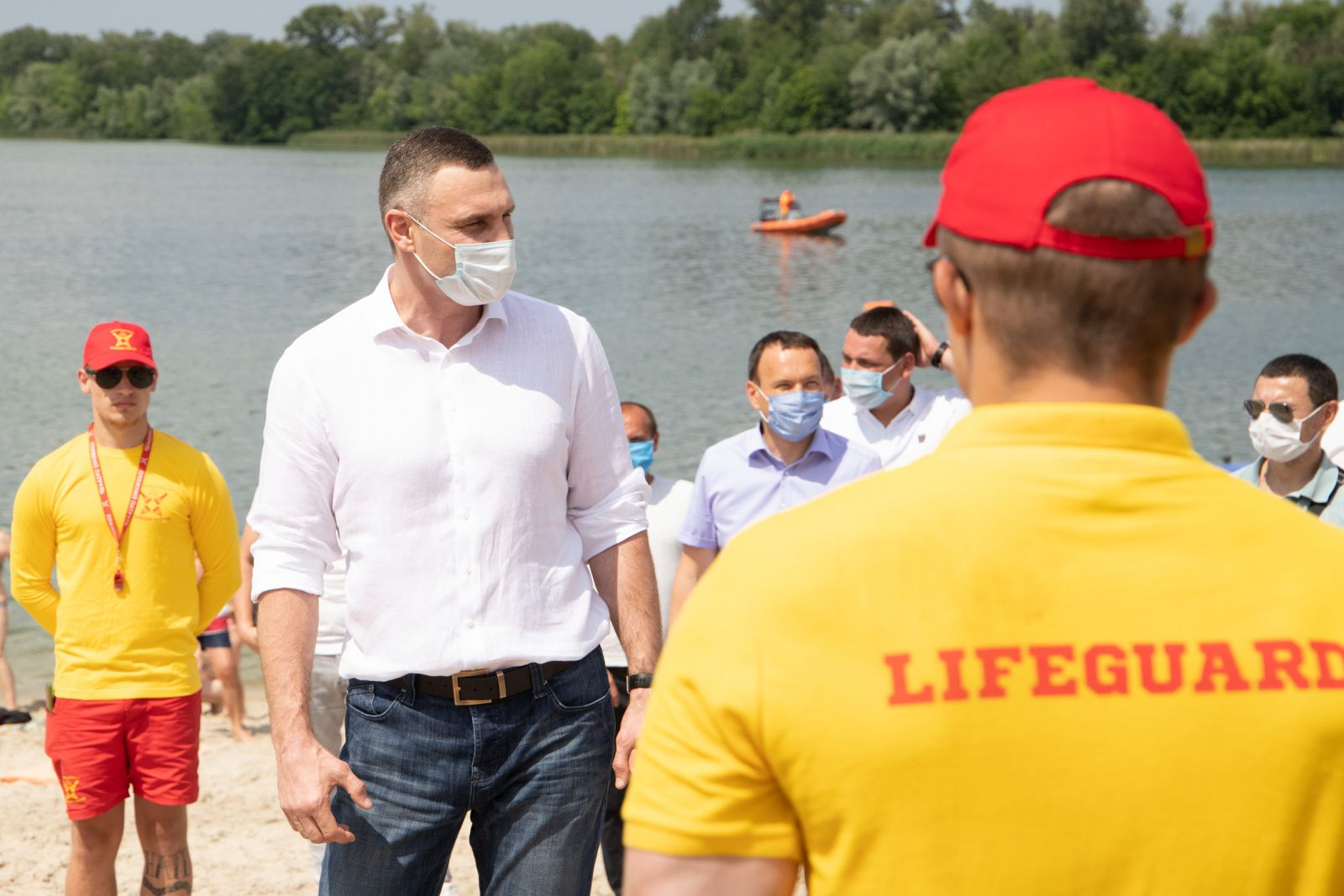 Пока только загорать: Кличко не рекомендует купаться на пляжах Киева