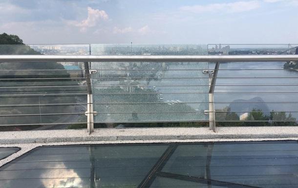 """На """"мосту Кличко"""" в Киеву треснуло боковое стекло"""