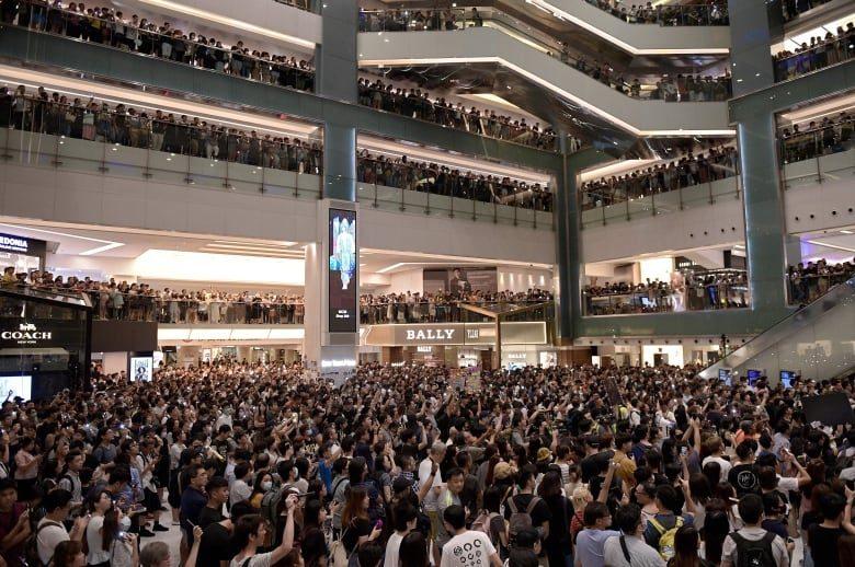 Демонстранты в Гонконге начали петь в знак протеста