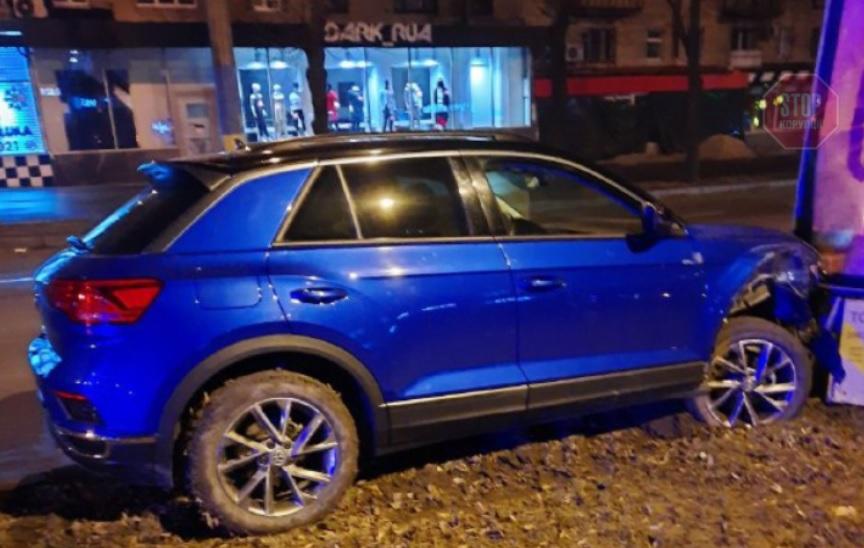 В преддверии 8 марта: в Запорожье женщина за рулем методично таранила ситилайты и авто (видео)