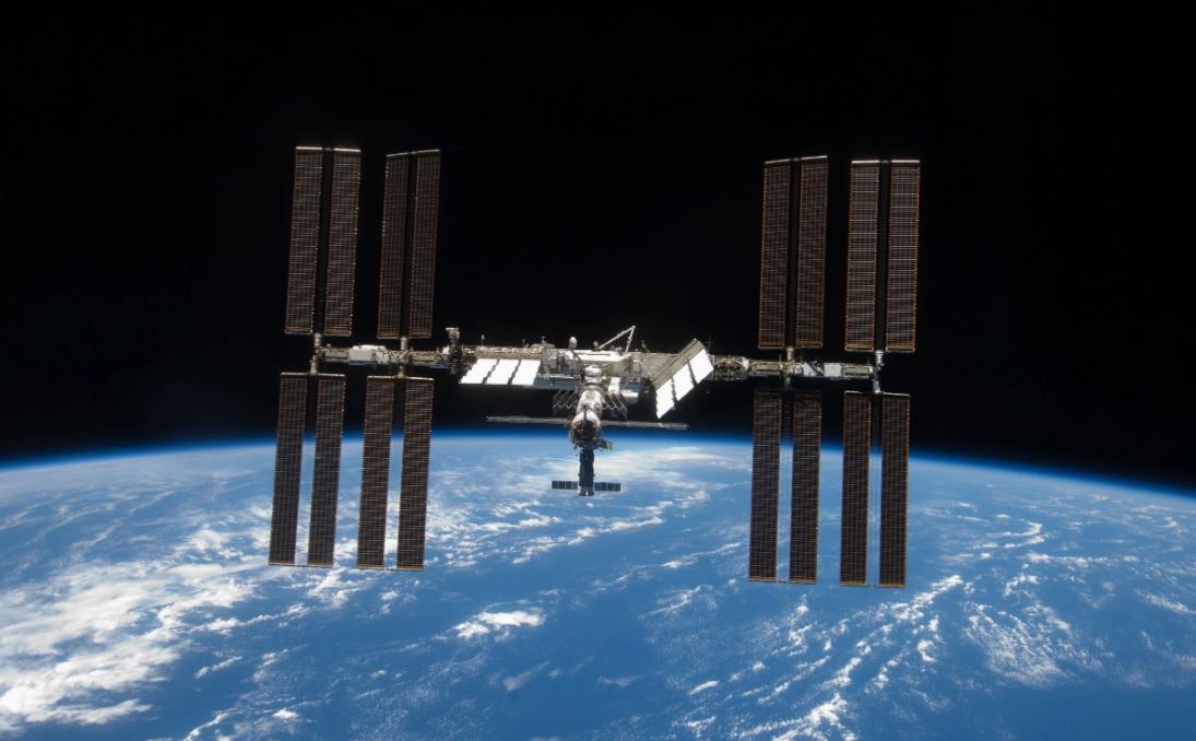 МКС подвинулась. Станция изменила траекторию полета из-за космического м...
