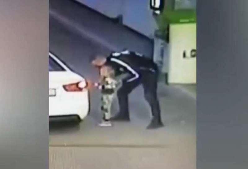 Похищение в Борисполе. 4-летнюю девочку вытащили из машины, пока мать пл...