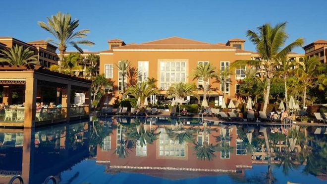 На Канарах закрыли отель с сотнями гостей, у туриста из Италии найден ко...