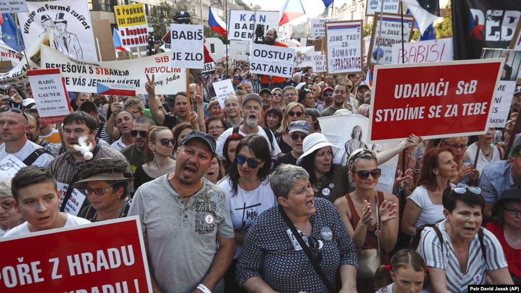 В Праге прошел многочисленный митинг с требованием отставки премьера Баб...