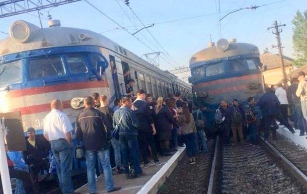 Во Львове недовольные пассажиры перекрыли движение поездов