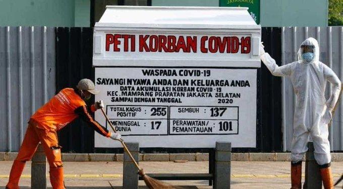 Для борьбы с коронавирусом в Индонезии на улице выставили гроб