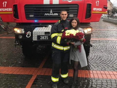 Пожарная машина и 101 роза: в Мукачево мужчина оригинально сделал предло...