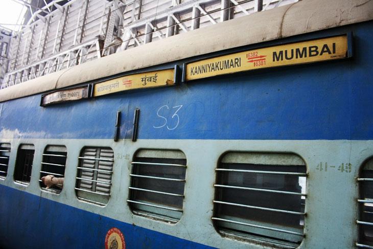 В Индии неуправляемый поезд с тысячью пассажиров проехал 12 километров