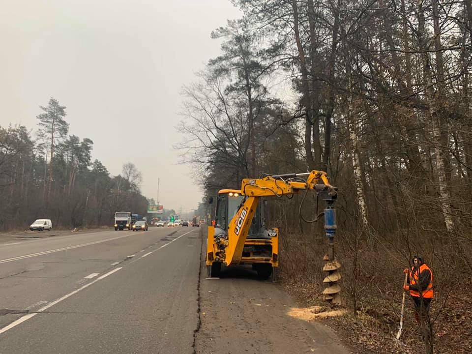 На опасной дороге между Киевом и Гостомелем начали устанавливать освещен...