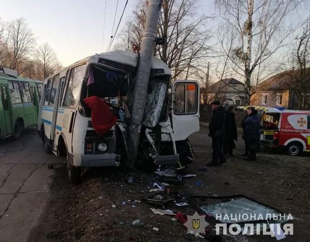В Житомирской области автобус протаранил столб, погиб водитель