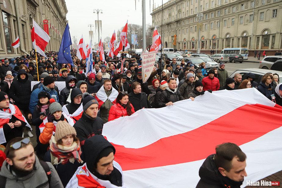 Порвали портрет Путина: в Минске проходят акции протесты против интеграц...