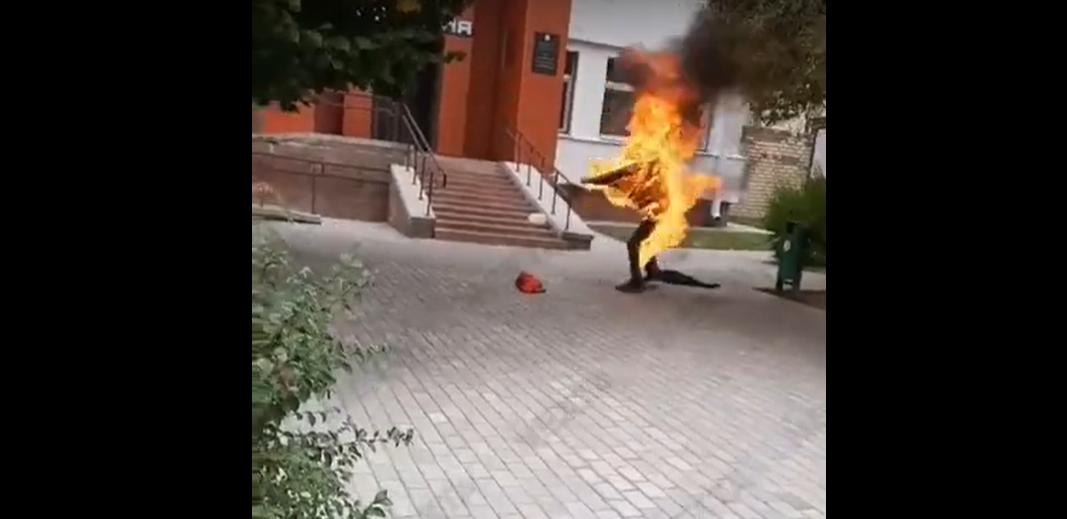 В Беларуси мужчина поджег себя у входа в здание РОВД