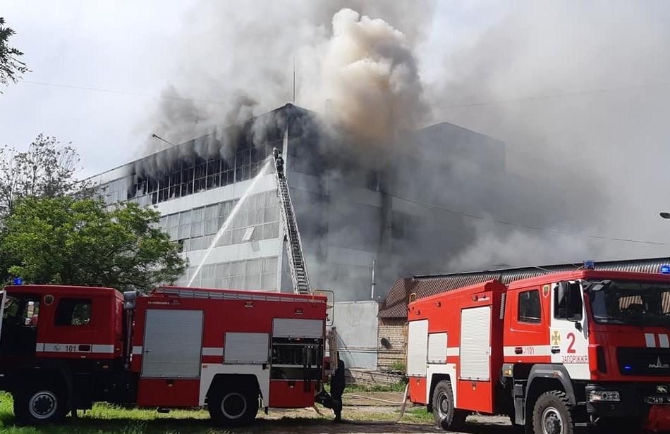 В Запорожье выгорело 400 квадратных метров цеха обувной фабрики Mida
