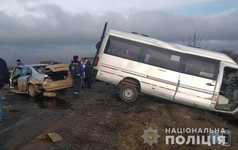 В Одесской области маршрутка столкнулась с легковушкой, есть жертвы и ра...