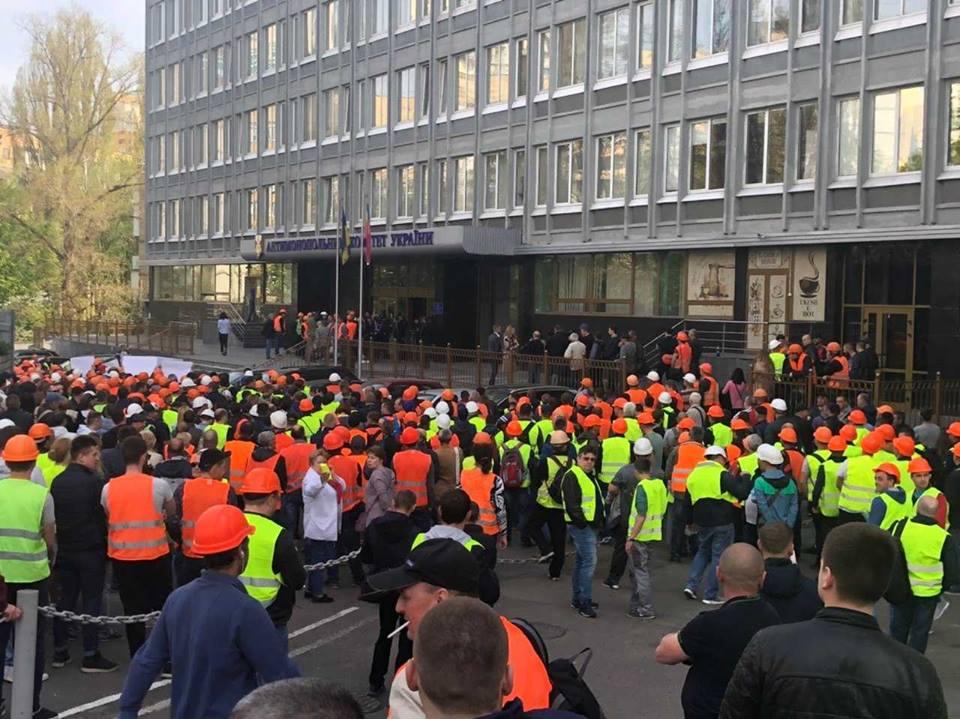 Строители Шулявского моста митинговали под АМКУ