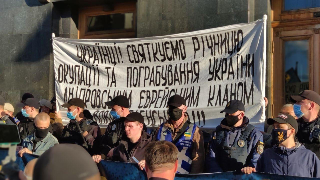 Полиция устанавливает, кто развернул баннер с антисемитскими высказывани...