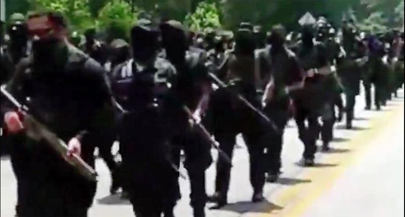 Вооруженные сторонники Black Lives Matter прошли маршем через мемориальн...