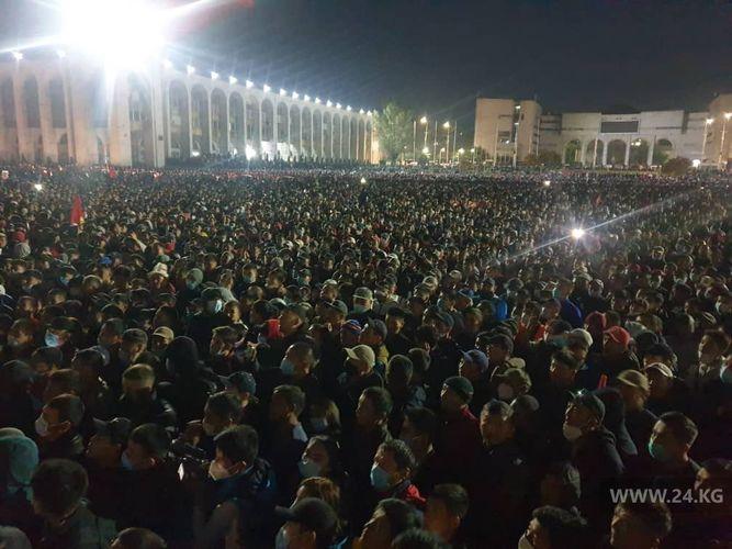Протестующие в Бишкеке ломают брусчатку и готовятся дать отпор милиции