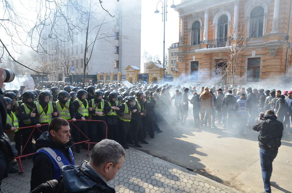 В результате столкновений возле Администрации президента пострадали три...