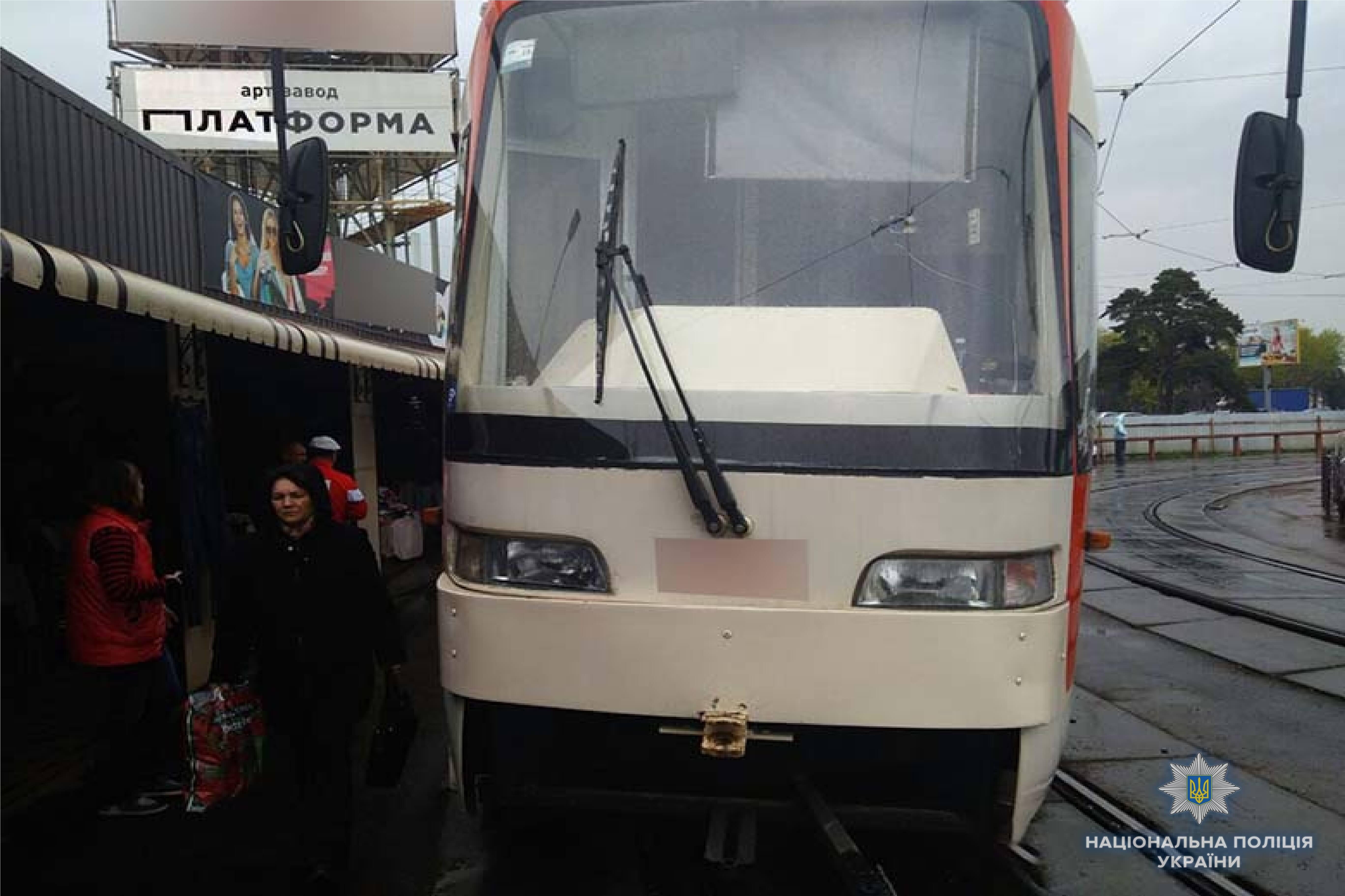 В Киеве обломок тормозного диска пробил пол в трамвае, серьезно ранен од...