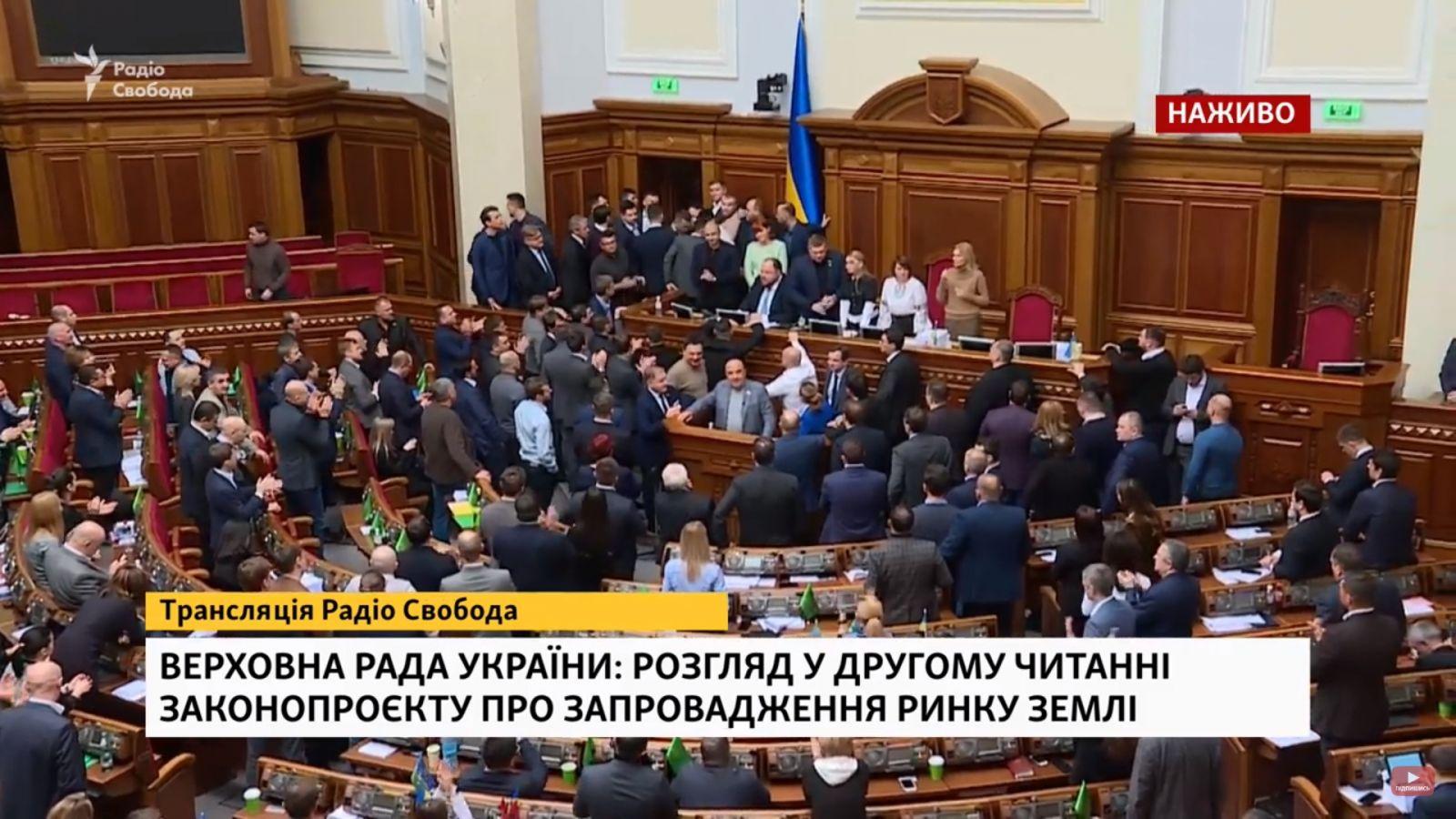 """В Раде потолкались депутаты. Стефанчук призвал не доказывать правоту в """"..."""