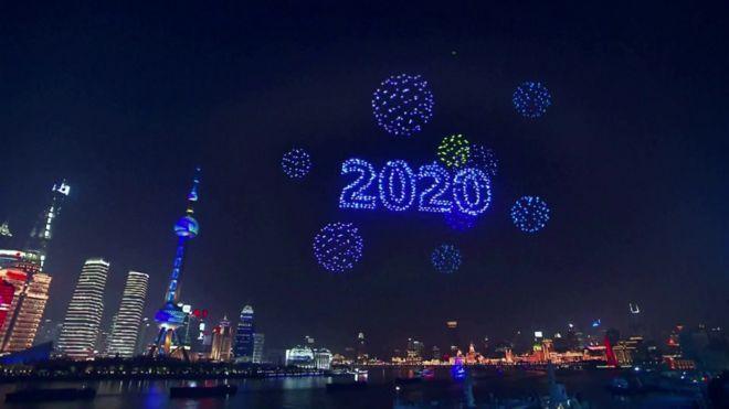 Шанхай показал яркое шоу дронов на Новый год, которого на самом деле не...