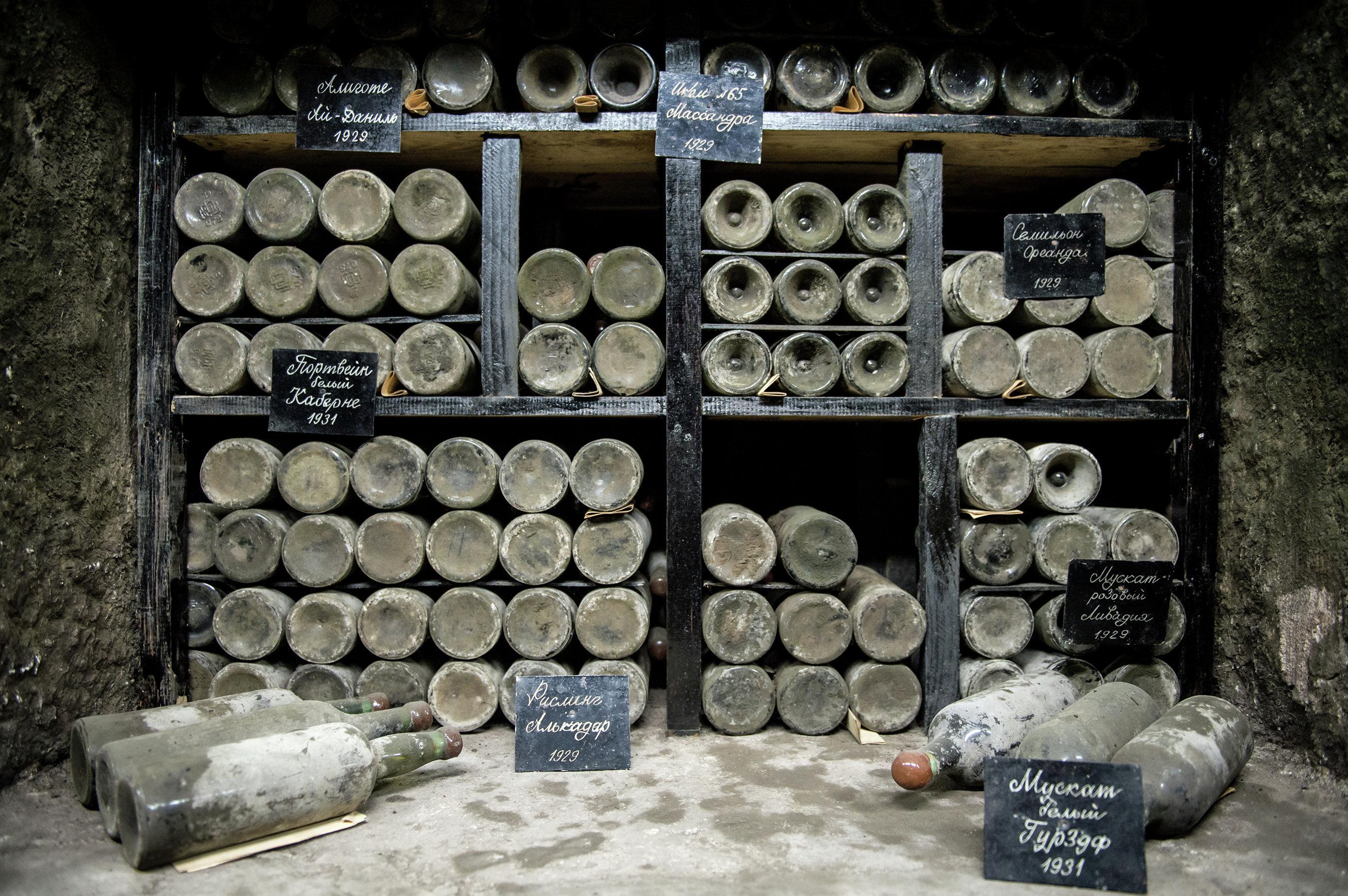 Запрещенные крымские вина привезли во Францию дипломатической почтой, -...