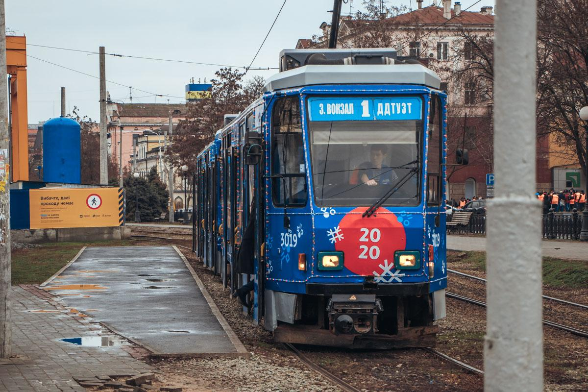 """В Днепре пустили в рейс """"новогодний трамвай"""" с гирляндами и снежинками"""