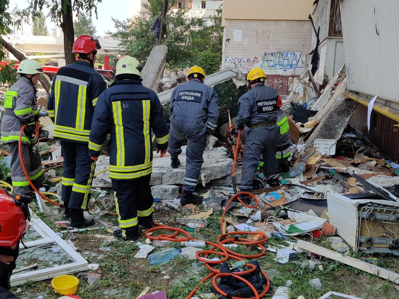 Взрыв на Григоренко: под завалами люди, есть погибший