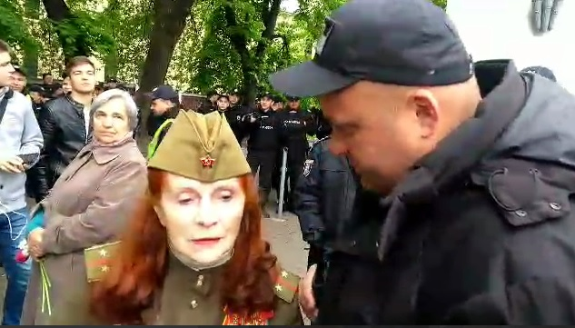 В Киеве полиция задержала женщину, которая отказалась снять пилотку с кр...