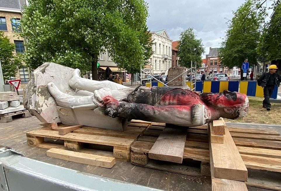 В Бельгии демонтировали памятник королю Леопольду II из-за протестов про...