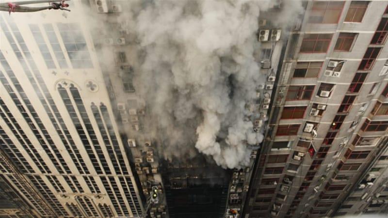 В столице Бангладеш горит небоскреб: люди выпрыгивают из окон, спасаясь...