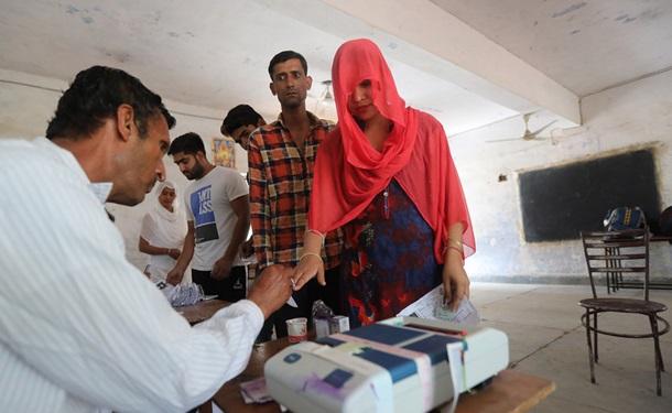 Крупнейшие в мире выборы стартовали в Индии