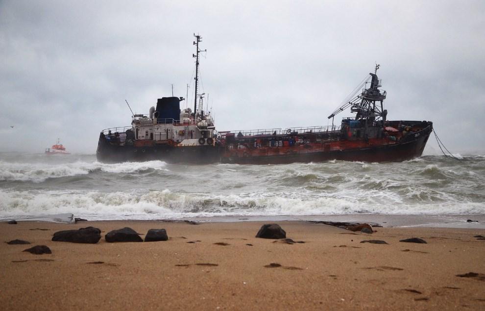 Танкер Delfi у одесского пляжа лег на бок. Весь экипаж эвакуировали