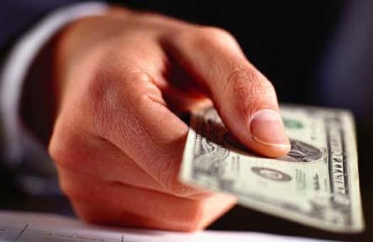 Сегодня наличный доллар покупают по 8,22
