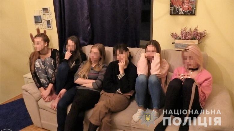 Полиция в Киеве разоблачила интернет порностудию, в которой работали 20...
