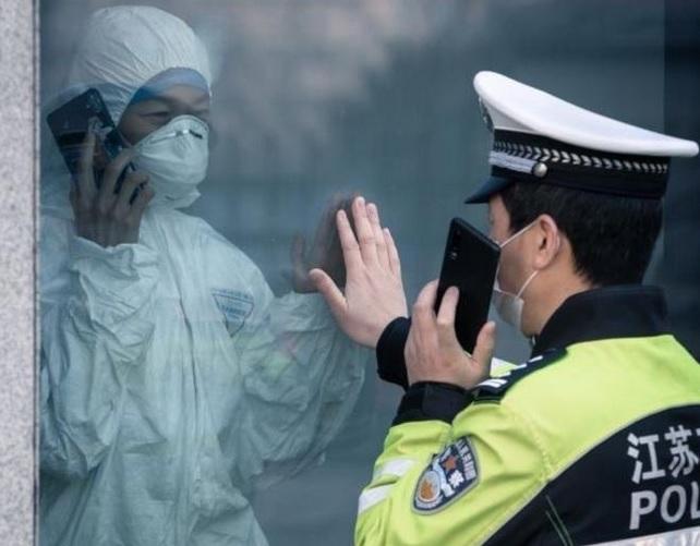 Карантин в Китае: полицейский и его жена видят друг друга только через с...