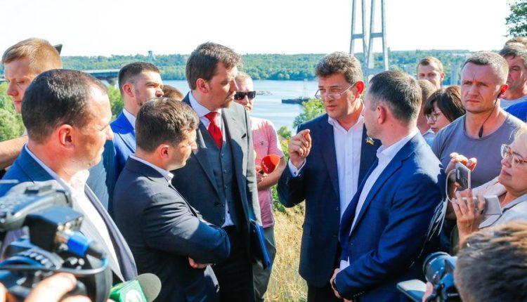 Зеленский обсудил с мэром Запорожья строительство мостов в городе