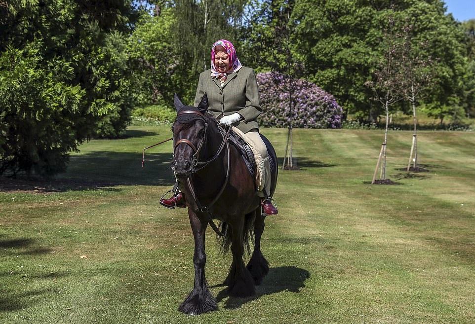 Снова в седле: Елизавета ІІ выехала на конную прогулку впервые с начала...
