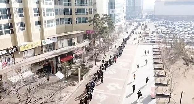 Сотни человек в очереди. В Южной Корее сняли на видео толпу людей, прише...