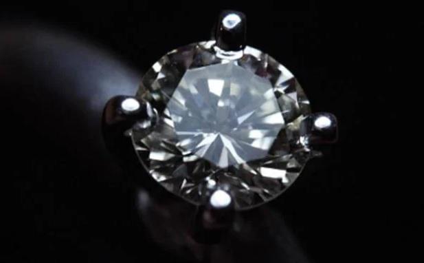 Во Франции нашли украденное кольцо с бриллиантом из диадемы последней им...