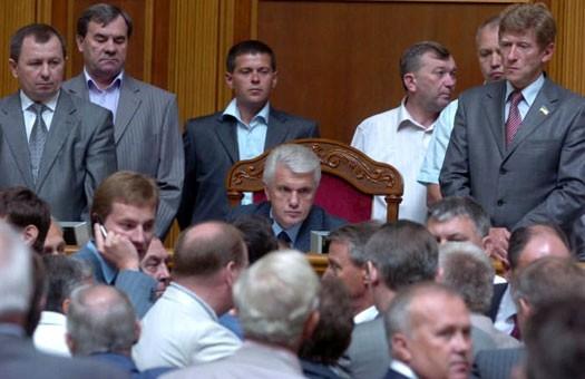 Парламент парализован. Ради повышения соцстандартов депутаты не работали...