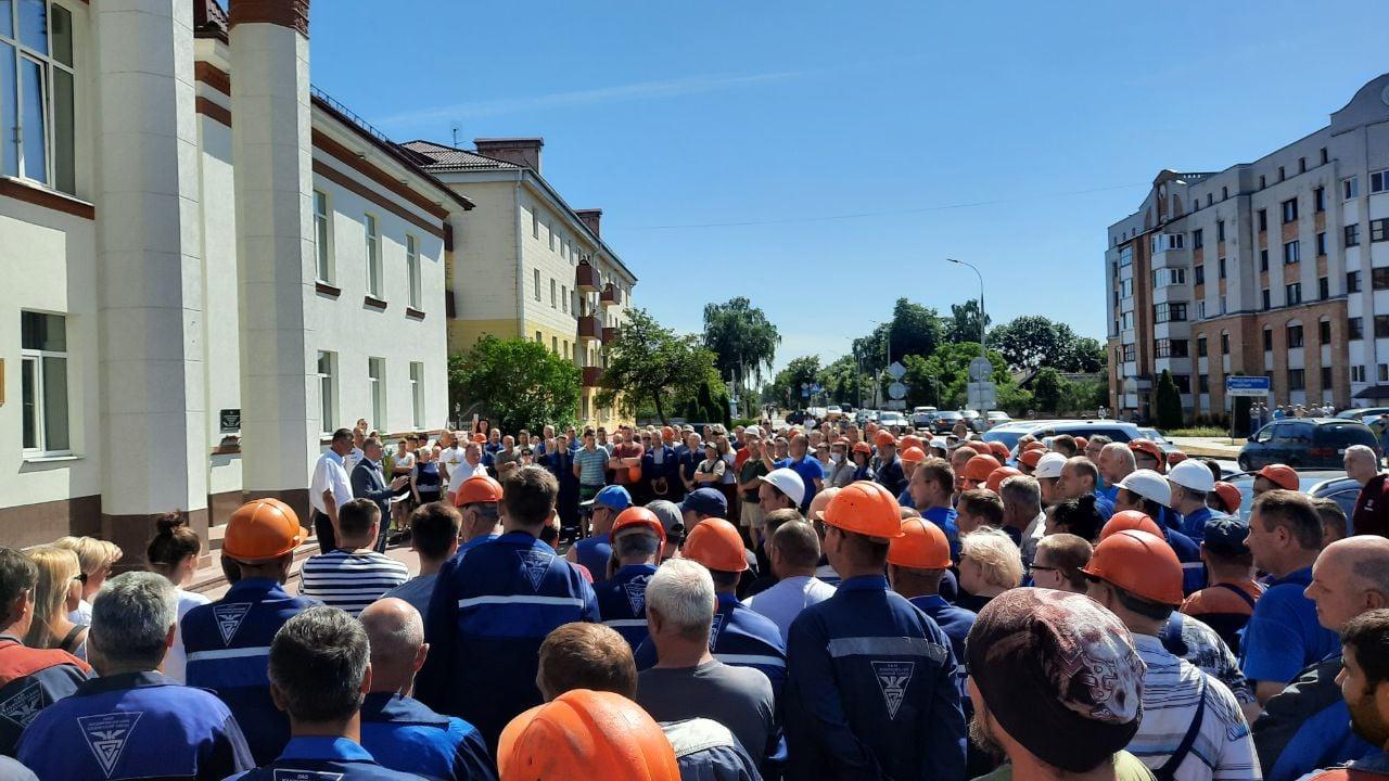 Работники заводов Беларуси продолжают протесты. СМИ сообщают об остановк...