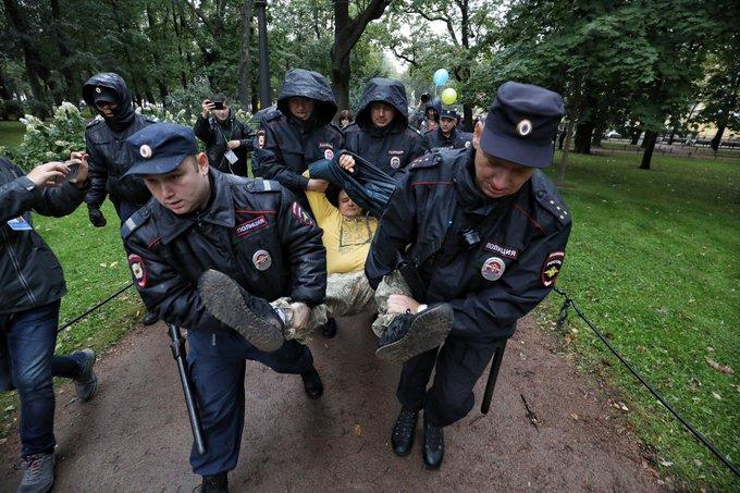 В Санкт-Петербурге на марше за мир в Украине задержали троих активистов